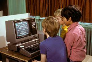 Παιδιά παίζουν με το TRS-80